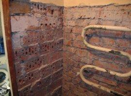 Готова до ремонту ванна кімната: демонтована вся сантехніка, крім рушникосушки і очищені стіни