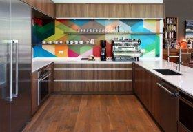 Використання різнокольорових геометричних фігур відмінно виглядає в сучасних стилях інтер'єру
