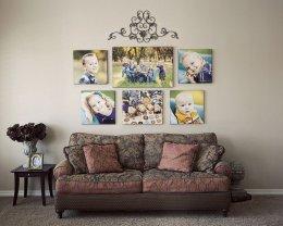 Симетрично розташовані знімки на стіні