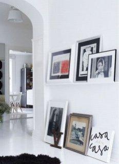 Знімки в рамках не обов'язково вішати на стіну - їх можна розставити на підлозі