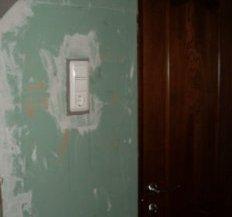 установка дверей у ванній